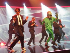 Cherno_Jobatey_tanzt_Men_in_Black_in_SAT1_Sendung_Yes_we_can_dance_01_9494fb612e